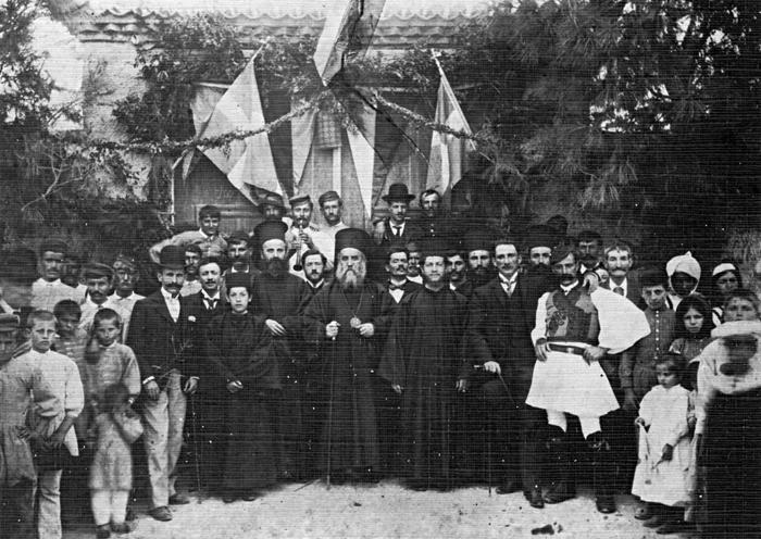 Δείτε φωτογραφίες όπου ο άγιος είναι παρέα με τους κατοίκους της Κύμης στην Εύβοια πηγή φωτογραφίας: evoias.blogspot.gr