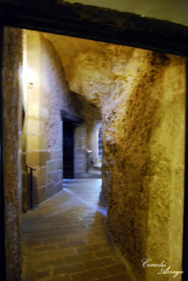Pasillo estrecho de piedra en el interior de la gruta en el que se encuentra la entrada a algunas estancias-