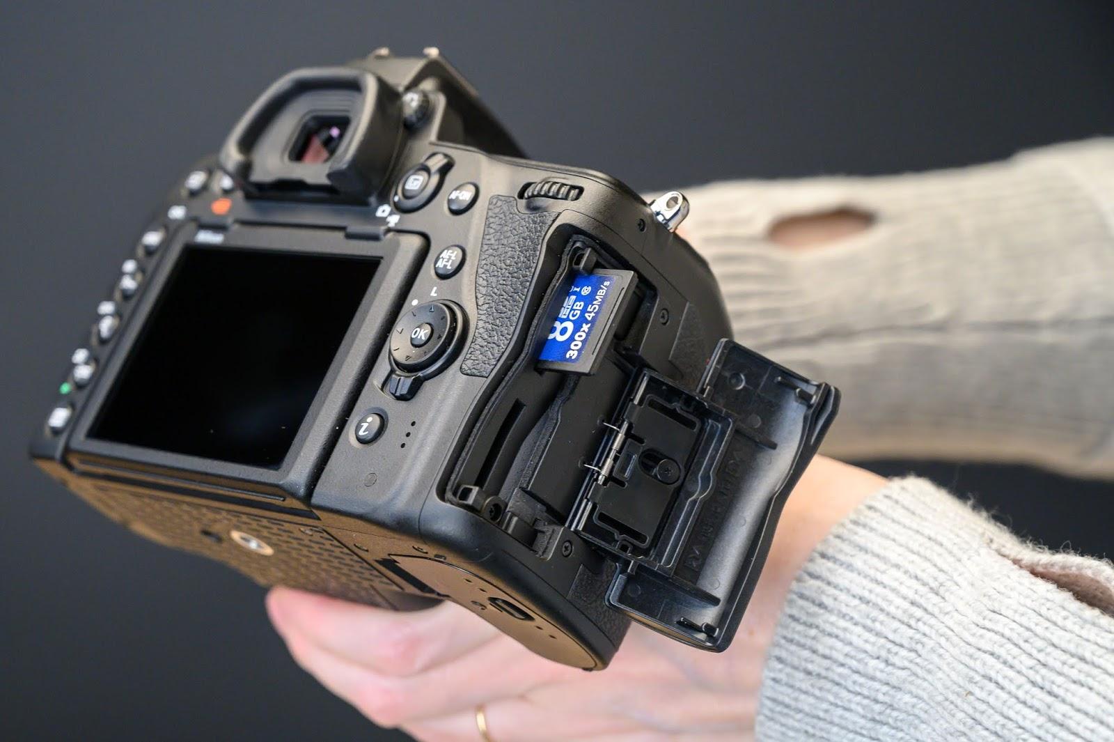 Слоты для карт памяти в Nikon D780