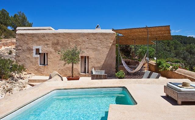 piscina de microcemento en casa ibicenca chicanddeco