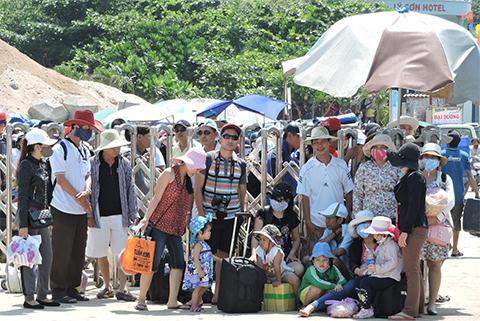 Theo báo cáo của Ban quản lý cảng Sa Kỳ, từ Mồng 2 đễn Mùng 10 tết Bính Thân đã có trên 6.000 lượt khách mua vé ra vào đảo Lý Sơn