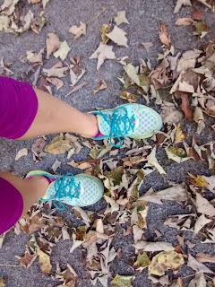 pieds coureuse espadrilles de course feuilles mortes