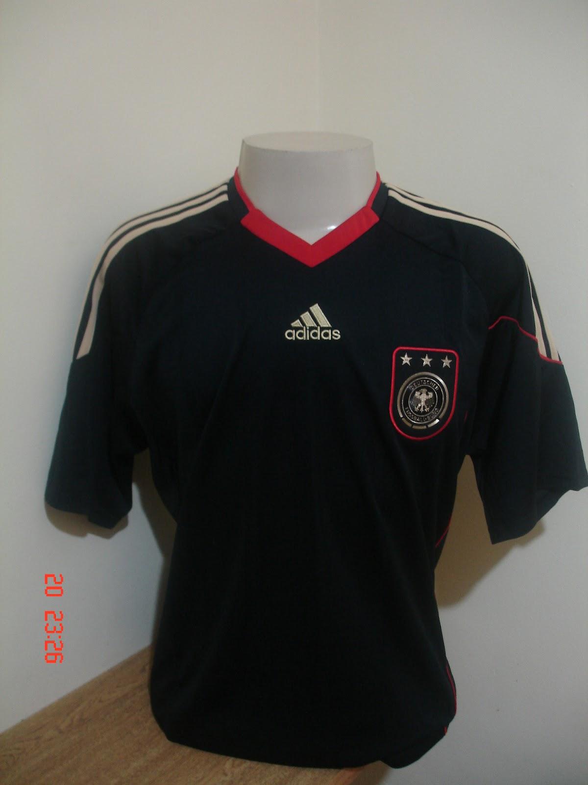 Uma das camisas mais bonitas para mim é a da Alemanha na copa de 2010. Ela  é toda preta e é mais bonita do que a camisa verde de 2012 24f023e4ba865