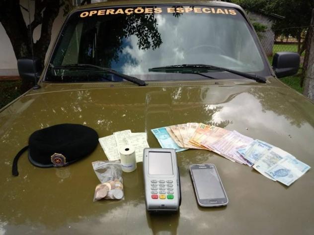"""Dinheiro e itens encontrados com o indivíduo detido por comercializar """"jogo do bicho"""" em Erval Seco (Foto: 37º BPM)"""