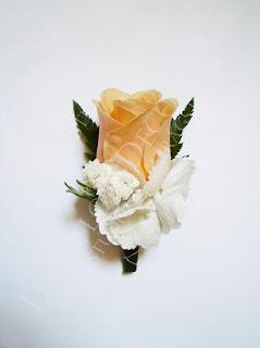 Esküvői kitűző vőlegény számára barack színű rózsából és fehér hortenziából