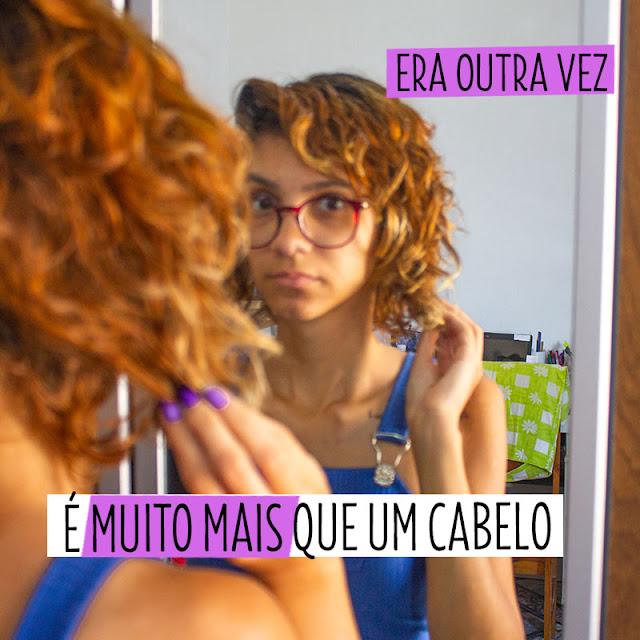 Foto de uma menina com a mão no cabelo olhando para o espelho e um olhar triste.