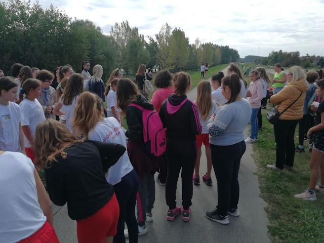На долми се окупило нешто преко стотињак деце и наставника који су им давали подршку.