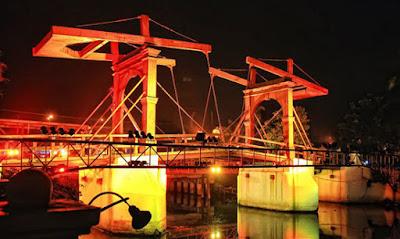 jembatan kota intan di malam hari