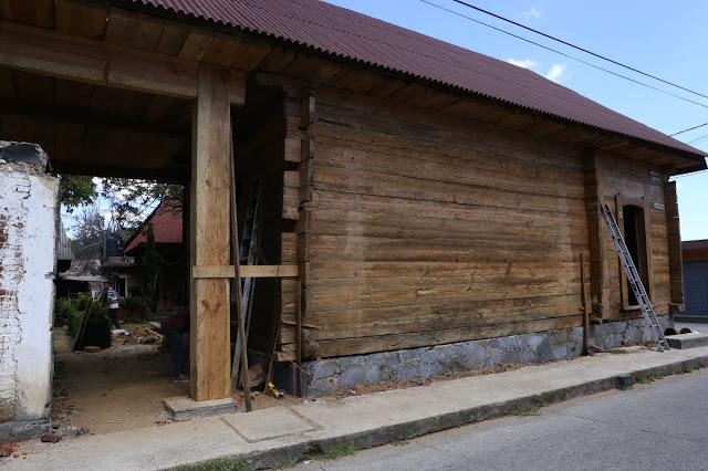 Supervisa Semaccdet avances en rehabilitación de trojes en Charapan