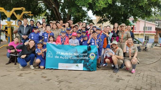 Grupo de Escoteiros distribui 150 mudas de árvores