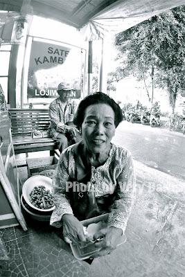 sosok ibu pengamen di depan warung sate Hj. Bejo Solo
