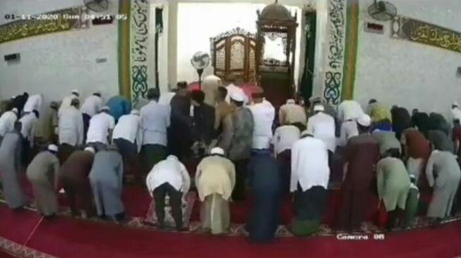 Sedang Pimpin Sholat Subuh, Mendadak Imam Dipeluk Sekuriti dari Arah Depan