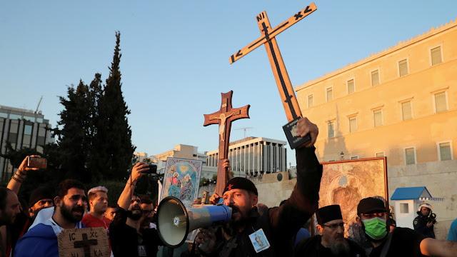 Waduh! Ribuan Orang Antivaksin Gelar Demo di Yunani, Ramai-ramai Pegang Salib