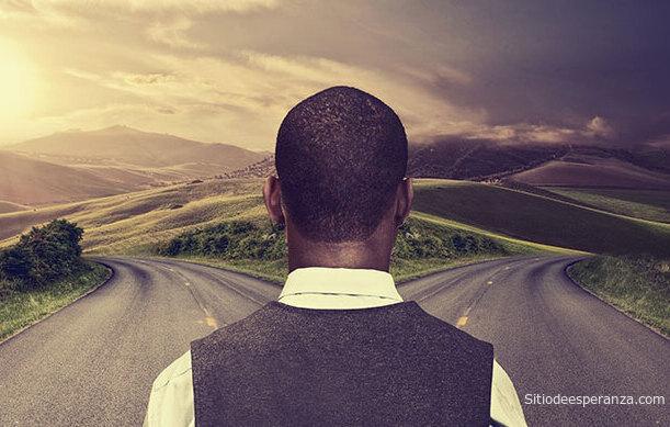 Hombre tiene elegir entre dos caminos