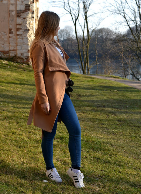 Pierwsza wiosenna stylizacja.  Camelowy płaszcz i komfortowy casual look.