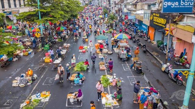 Pemandangan Mengagumkan Physical Distancing di Pasar Salatiga