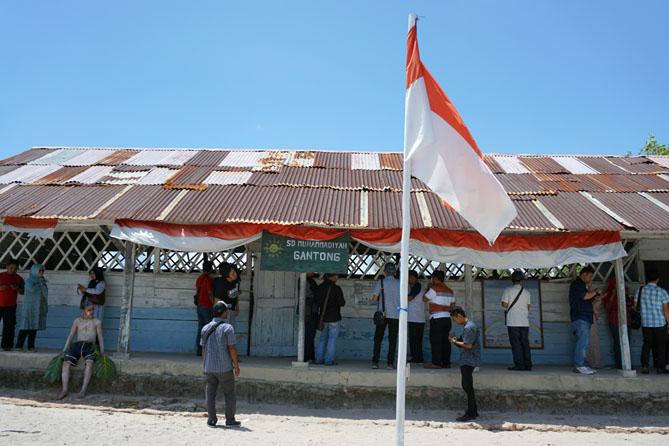 Bendera merah putih berkibar di depan halaman sekolah