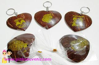 Souvenir Pernikahan Gantungan Kunci Love batok murah