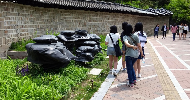Estatuas Jangdockdae cerca del palacio Deoksugung de Seúl