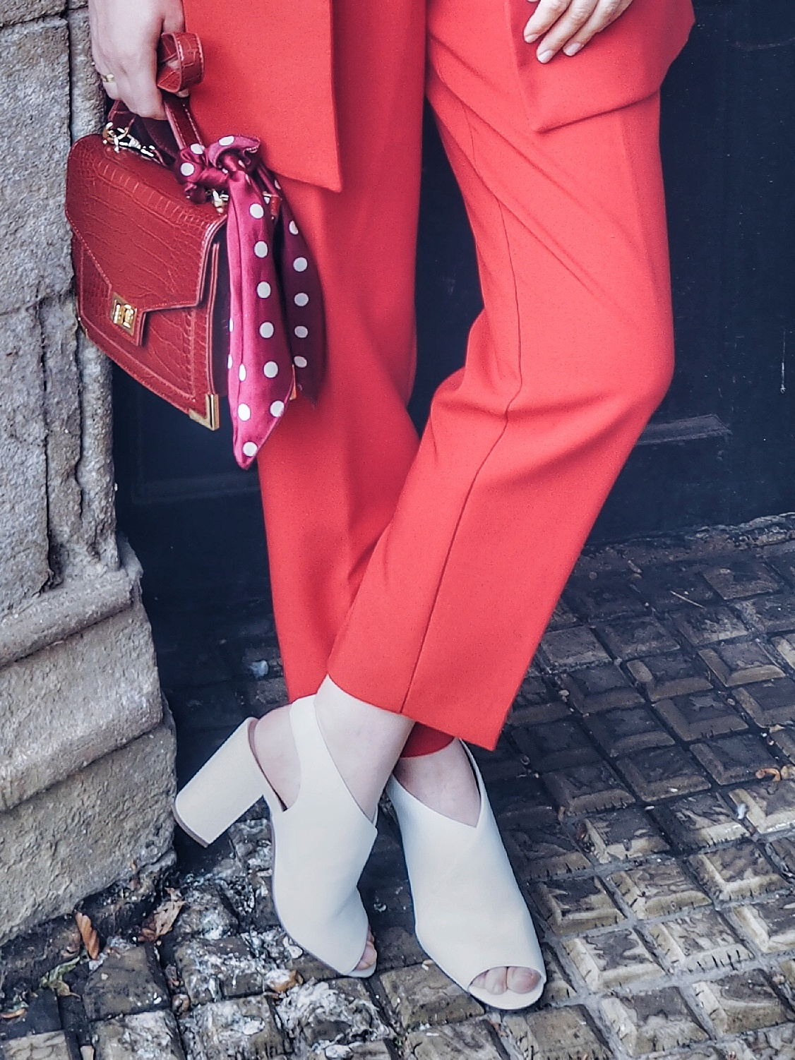 White block heels & red suit czyli czerwony garnitur i białe sandałki na słupku