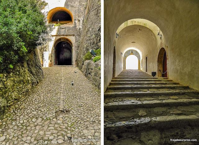 Acesso ao Castelo de São Filipe, em Setúbal, Portugal