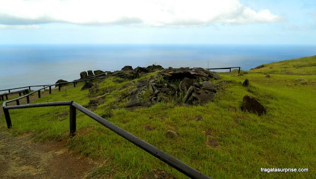 Vestígios arqueológicos na Vila Cerimonial de Orongo, Ilha de Páscoa