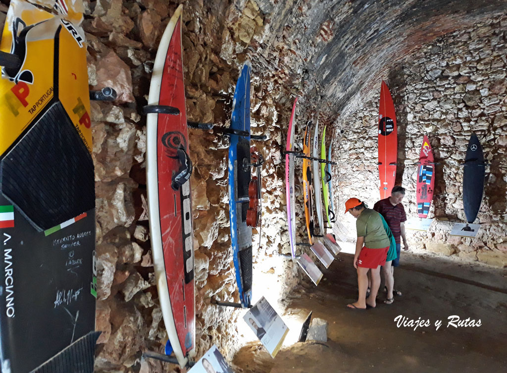 Surfer wall de Nazaré