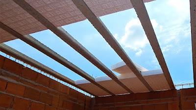 Todos os painéis de lajes deste sobrado foram compostos por vigotas de concreto protendido e lajotas de poliestireno (isopor), oferecendo uma combinação de segurança e leveza para grandes superfícies estruturais do conjunto.