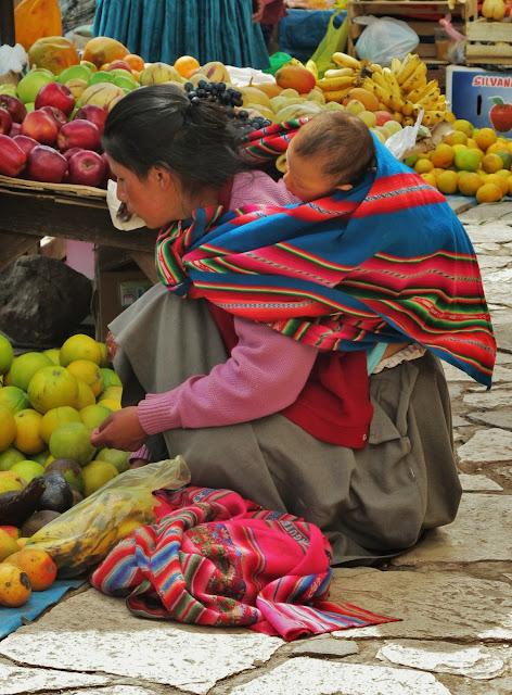 Nativa na feira de Pisac no Peru