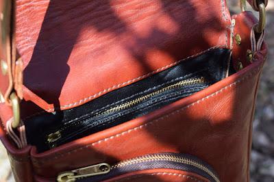 Borsello in vacchetta toscana con tasca interna con zip e foderatura in pelle