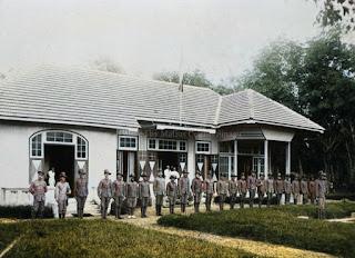 korps sukarelawan di depan perkebunan karet di batang toru