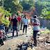 Dengan Semangat Gotong Royong, TNI/Polri, dan Masyarakat Gampong Kotafajar Dusun Mustaqim Bersihkan Sampah di Tepi Gunung Kalam Baloh