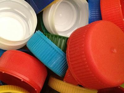 Tapones de plástico de botellas y tetra briks