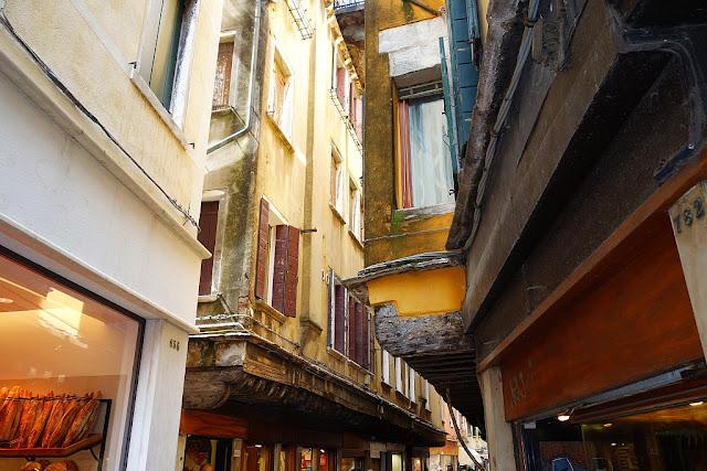 Barbacani. Ukázka ulice s typickým rozšířením prvních pater benátských domů