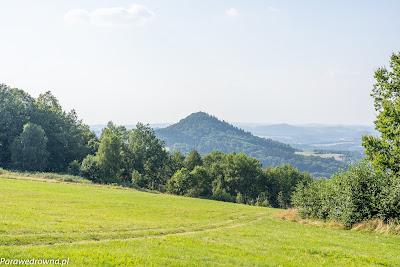 Góra Stromiec obserwowana z północnego zbocza Góry Szybowcowej