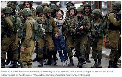 Viral Sebuat Foto Anak Laki-laki Pelestina Dipukuli dan Ditutup matanya Oleh Tentara Israel