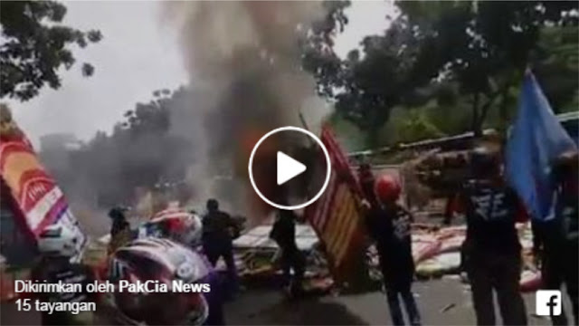 Ini Video Detik-detik Saat Massa Buruh Bakar Karangan Bunga Ahok-Djarot