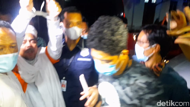 Tahanan Satu Sel Histeris, Berebut Peluk dan Cium Tangan Habib Rizieq