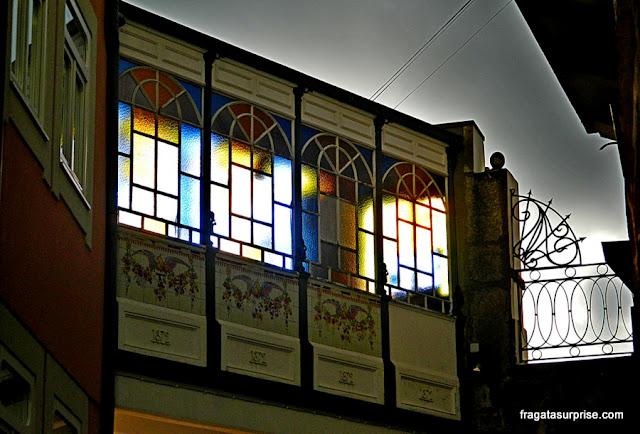 Detalhe de uma fachada na Baixa do Porto, Portugal