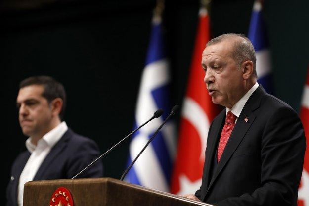 Liberation: Ο Ερντογάν νομίζει ότι παίζει σε γουέστερν, επικήρυξε τους «8»