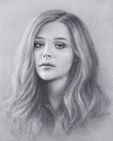 Kuru fırça tekniğiyle çizilmiş siyah-beyaz renkli mutsuz bir bayan portresi