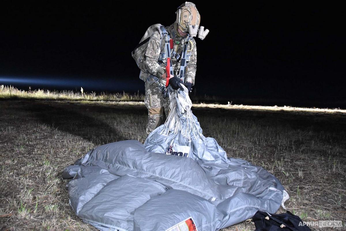 Бійці ССО десантувалися «на крилі» вночі (ФОТО)