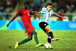 El seleccionado olímpico argentino de fútbol dio un paso en falso en su debut en los Juegos Olímpicos de Río 2016 y cayó 2-0 ante Portugal, una derrota que complica sus chances de clasificación para 4tos de final. El partido, correspondiente al grupo D, se jugó en el estadio Joao Havelange, los goles portugueses los convirtieron Paciencia, a los 21 minutos, y Pité, a los 39, ambos en el segundo tiempo. Portugal y Honduras -que en el primer turno le ganó 3-2 a Argelia- encabezan el grupo con 3 puntos, en tanto que Argentina y los argelinos cierran sin unidades.