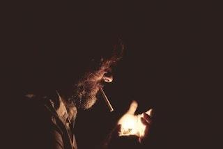 kecanduan karena sudah kebiasaan merokok, Pengulangan Otomatis (Kebiasaan), penyebab kecanduan merokok karena kebiasaan, pria merokok, merokok di suatu tempat, penyebab merokok karena kebiasaan