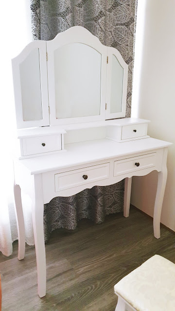 biely nábytok biely kozmetický stolík toaletný stolík sivá podlaha