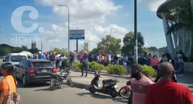 Largas filas se registraron hoy  en la estación María Montez una hora antes del toque de queda
