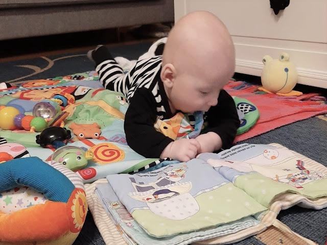 Noel leikkii ja lukee mummoukkilassa