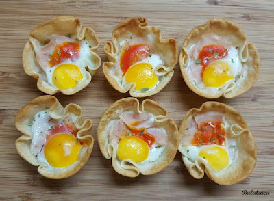 Tartaletas con obleas de empanadillas y huevos de codorniz