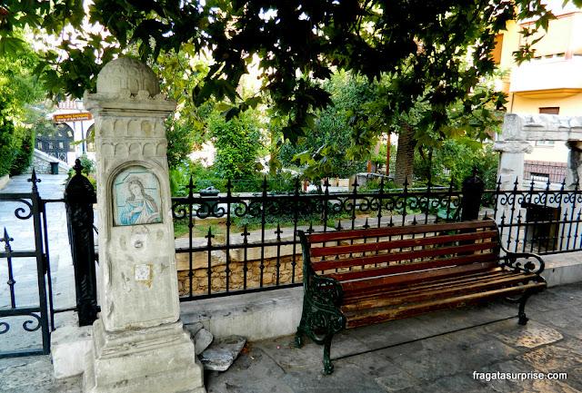 Marco religioso em uma praça de Pláka, Atenas