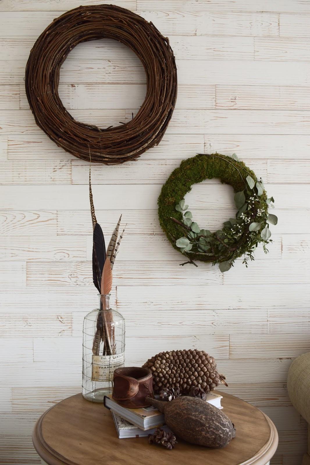 Deko für das Wohnzimmer und die Wand mit Kränzen aus Naturmaterialien Wanddeko. Natürlich wohnen und dekorieren. Dekoidee Kranz selber machen DIY